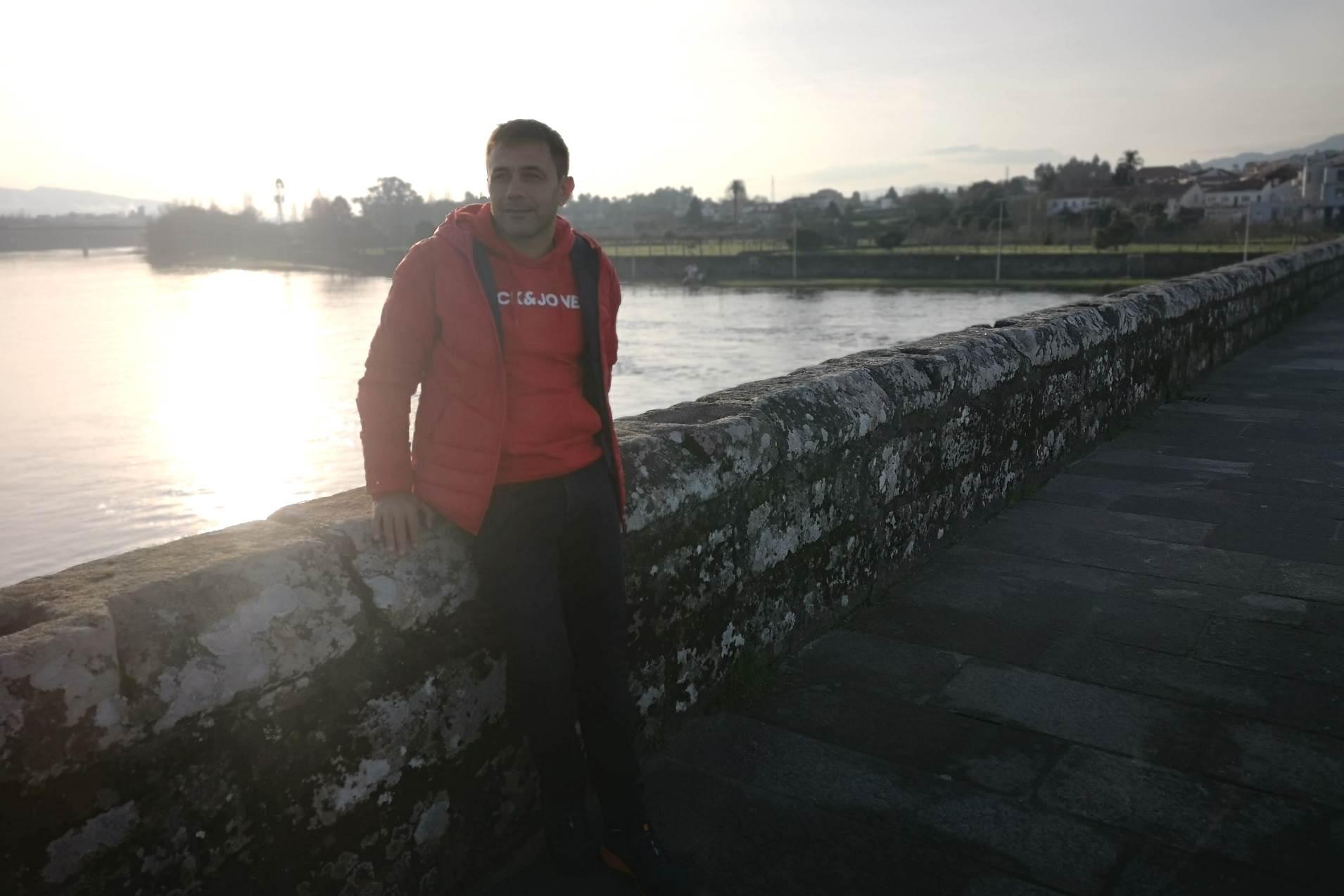 community manager en Pontevedra aunque posando en un puente de portugal